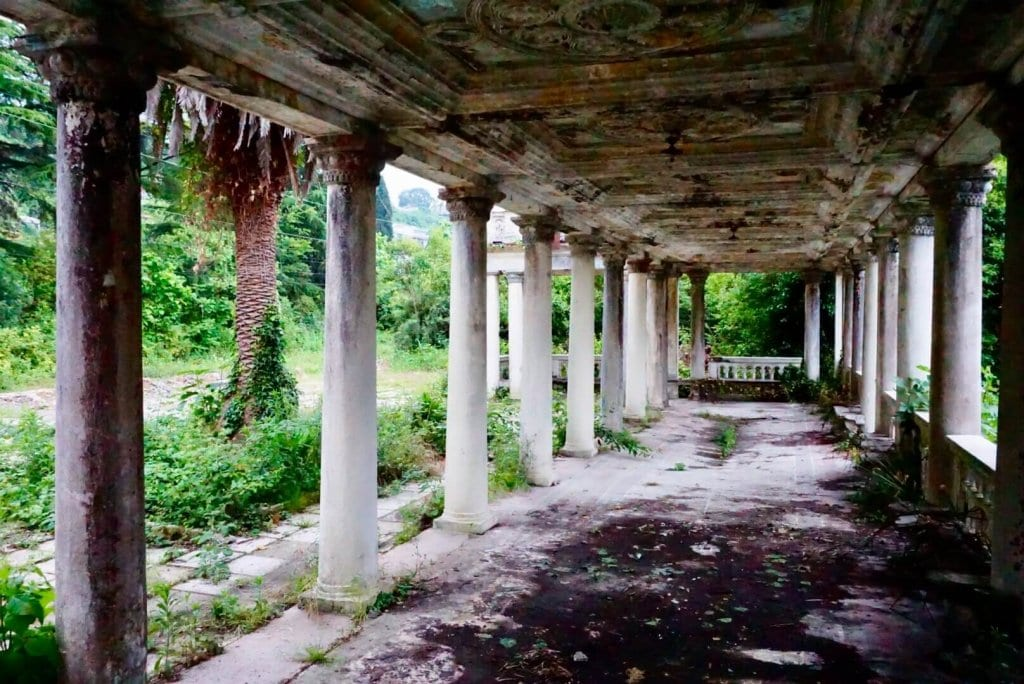 Абхазия в картинках - Заброшенное здание в Гагре
