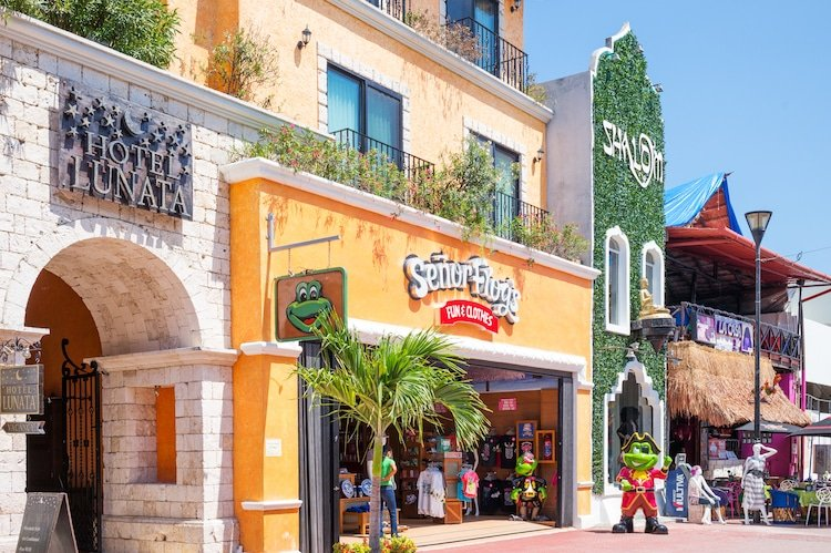A photo of Hotel Lunata and Senor Frogs on 5th Avenue in Playa del Carmen, Mexico